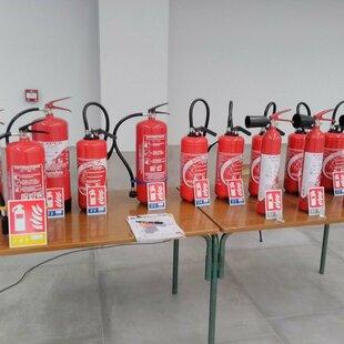 Table avec présentation de la gamme d'extincteurs